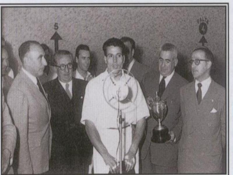 Barberito I recibiendo el trofeo en 1953