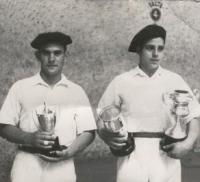 Foto de Barberito I y Titín con los trofeos